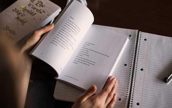persona estudiando con libro y cuaderno