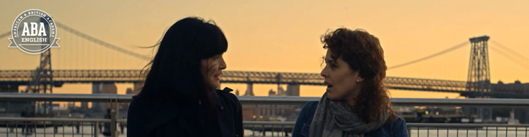 brooklyn-bridge-sunset-girls-talking
