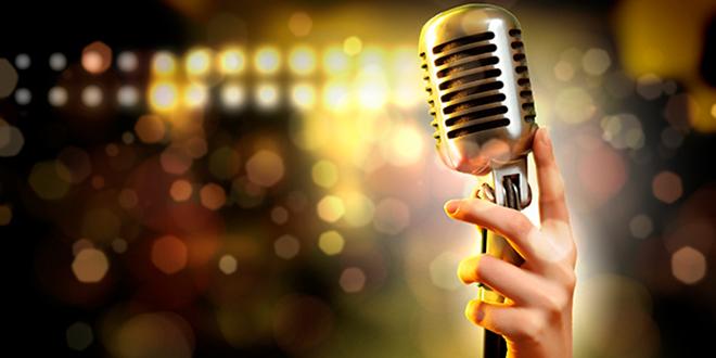 hand-mit-mikrophon-show-hintergrund